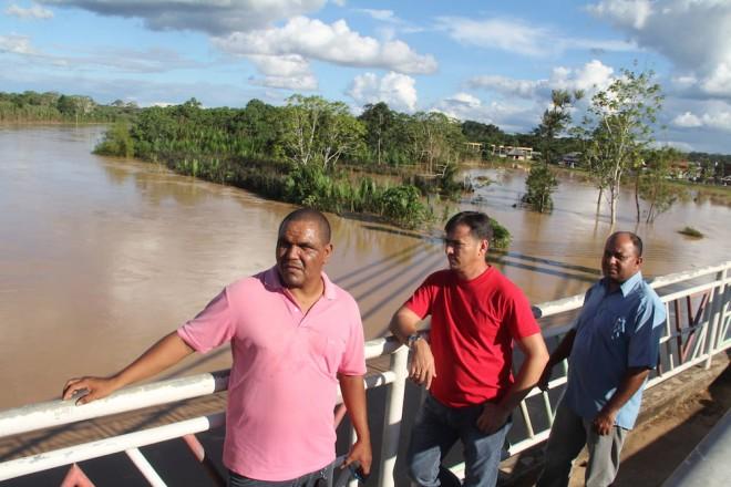 Vereadores de Brasiléia, Mário Jorge, Marivaldo e Naldo, foram ver de perto a cheia do Rio Acre que pode afetar a cidade - Foto: Alexandre Lima