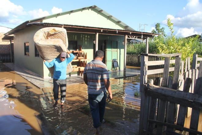 Famílias da cidade de Iñapari, no Peru, estão retirando seus móveis de suas casas após as águas do Rio Acre - foto: Alexandre Lima