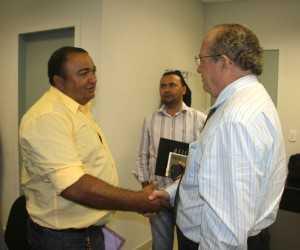 Presidente da ACEBRA, Joaquim Lira (e), recebeu boas notícias do desembargador/corregedor do TJ/AC, Senhor Pedro Ranzi (d), durante o encontro - Foto: Alexandre Lima