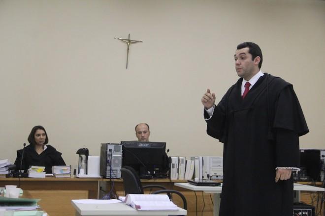 Advogado de defesa, Luis Carlos Alves Bezerra (em pé), atenuou a pena máxima pedida pelo MP - Foto: Alexandre Lima
