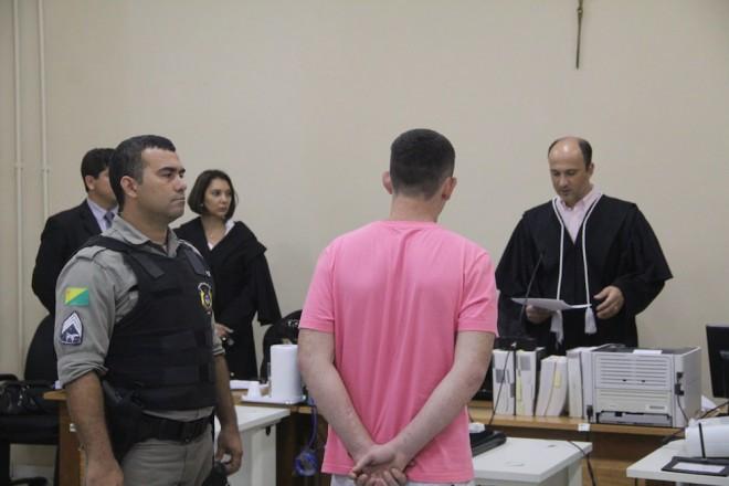 Momento em que o juiz de direito, Dr. Gustavo Sirena, leu a sentença de Jonathan - Foto: Alexandre Lima
