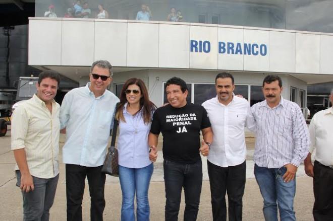 Magno Malta foi recebido no aeroporto de Rio Branco pelo senador Sérgio Petecão e lideranças da oposição/Fotos: Assessoria