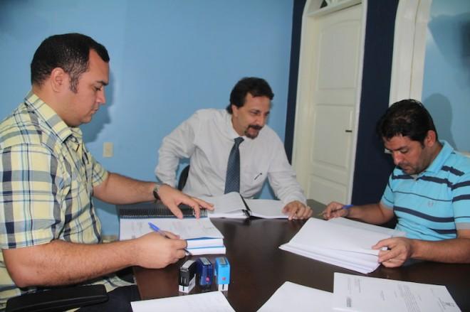 Junta,metne com seu contador e assessor jurídico, André Hassem (d), analisa os danos que poderão causar ao município - Foto: Alexandre Lima