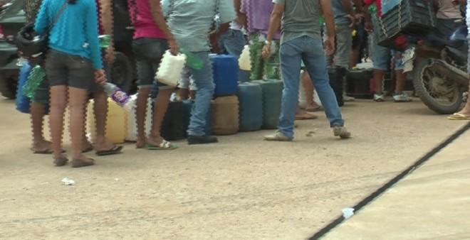 Flagrante da venda de combustível em galões e garrafas pets - Foto/Captura