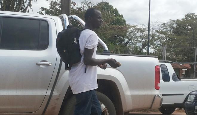 Imigrante pede dinheiro aos motoristas para comer e poder chegar ao abrigo na capital do Acre - Foto: Alexandre Lima