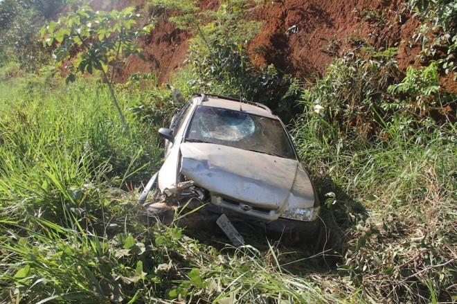 Veículo fico bastante danificado após se chocar contra o barranco - Foto: Alexandre Lima