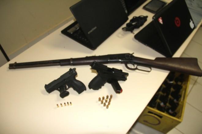 Duas pistolas e um rifle foram retirados de circulação graças ao trabalho das polícias Civil e PM - Foto: Alexandre Lima