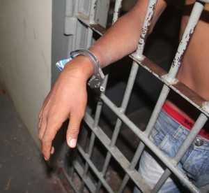 Menor foi detido quando voltou para o lado brasileiro com corrente da algema quebrada - Foto: Alexandre Lima