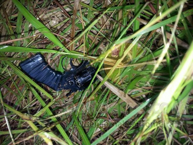 Revolver calibre 22 encontrado pelos policiais...