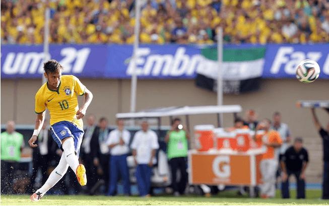 Neymar cobra falta que resulta no primeiro gol da seleção brasileira. Foto: Wander Roberto/VIPCOMM