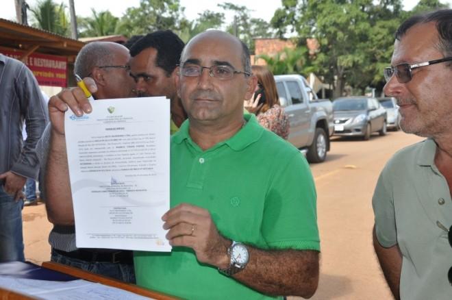 Everaldo Gomes mostra documento que dá início do pacote das obras em Brasiléia - Foto: Assessoria
