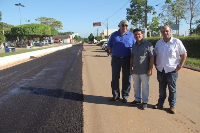Prefeito André Hassem (c) com os representantes da empresa Zopone no início dos trabalhos da Av. Amazonas - Foto: Alexandre Lima