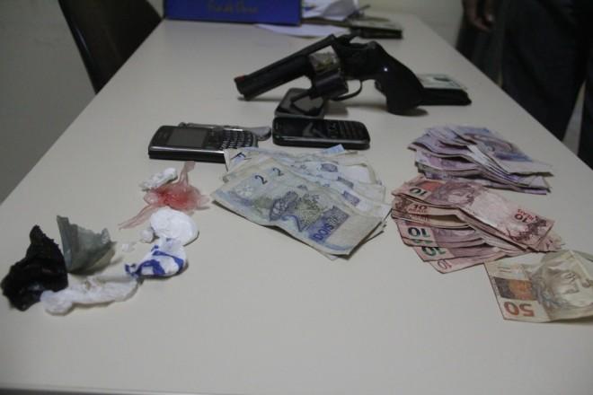 Arma, dinheiro proveniente do comércio ilegal e droga foram apreendido no local - Foto: Alexandre Lima