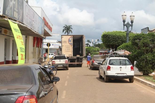 Veículos estão parando no lado direito do trecho da rua - Foto: Alexandre Lima