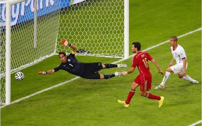 Lance bizarro de Busquets, que conseguiu mandar a bola para a linha de fundo. Foto: Getty Images