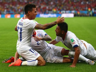Jogadores do Chile comemoram gol contra a Espanha - Getty Images