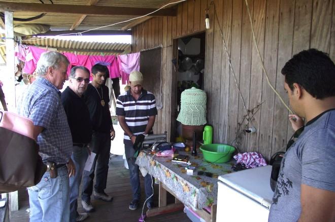 Momento da prisão de Alexandro em sua casa, localizada na Comunidade Quixadá, na BR 317 (Estrada do Pacífico)