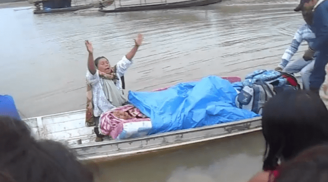 India se desespera ao ver filha morta durante viagem de canoa ao município de Feijó/Fotos: Reprodução