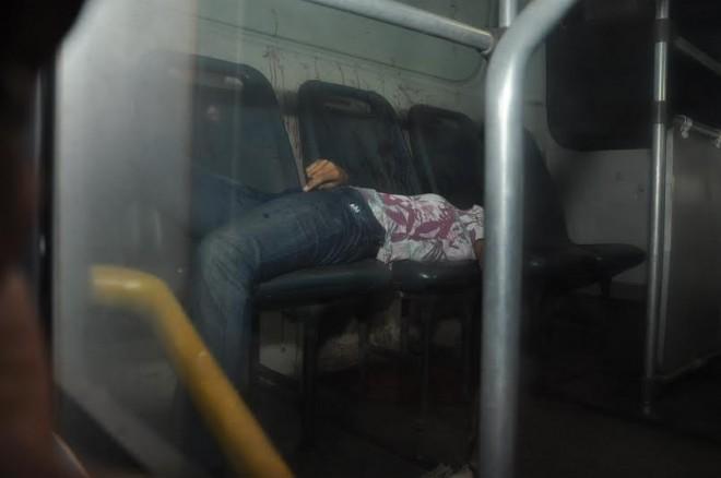 O corpo da jovem, sem cabeça, ficou caído em cima das cadeiras do ônibus/Fotos: Selmo melo/Agência ContilNet