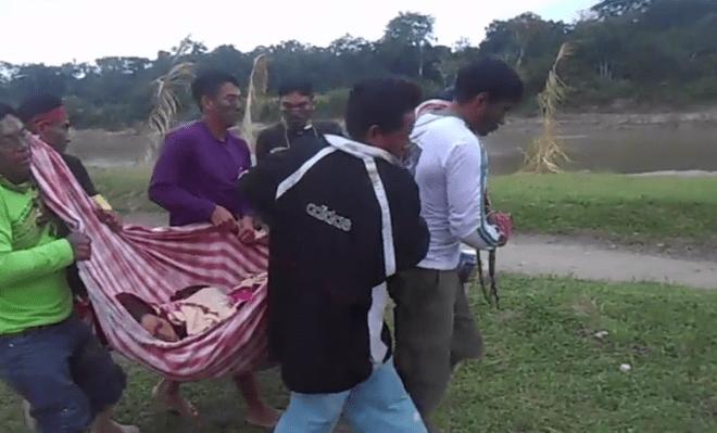 Sem outro meio de transporte, índiosntranspostam paciente em redes