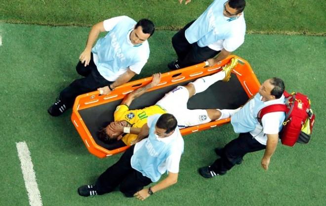 Jogador saiu de campo chorando muito, de maca, sem conseguir se levantar (Foto: Reuters)