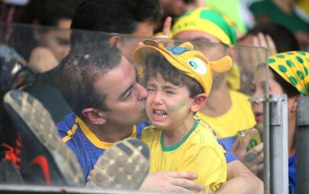 Menino chora muito e ganha um beijo no rosto: tristeza histórica (Foto: Eduardo Nicolau / Agência estado)