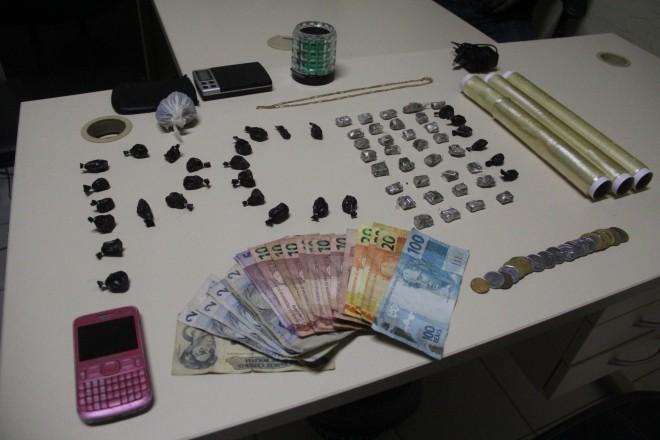 Maconha e cocaína apreendidas na casa dos irmãos estavam prontas para serem vendidas - Fotos: Alexandre Lima