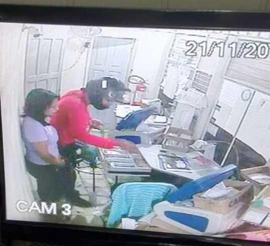 Câmeras internas filmaram um dos assaltantes pegando o dinheiro. (Foto: Reprodução Whats App)