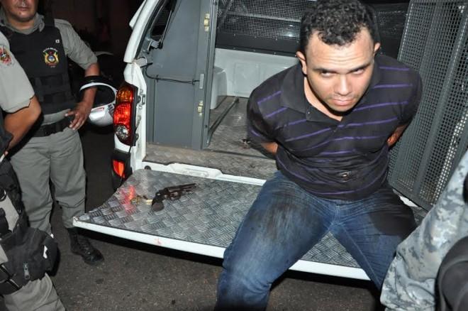 Acusado foi preso pela polícia e levado à delegacia/Fotos: Selmo Melo/ContilNet Notícias