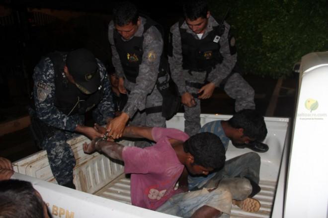 Dupla foram entregues por policiais bolivianos à brasileiros na Ponte Wilson Pinheiro, após serem detidos na zona rural de Cobija - Foto: Alexandre Lima