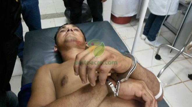 Chegada de Elivan no hospital para ser atendido nos ferimentos no abdômen e perna.