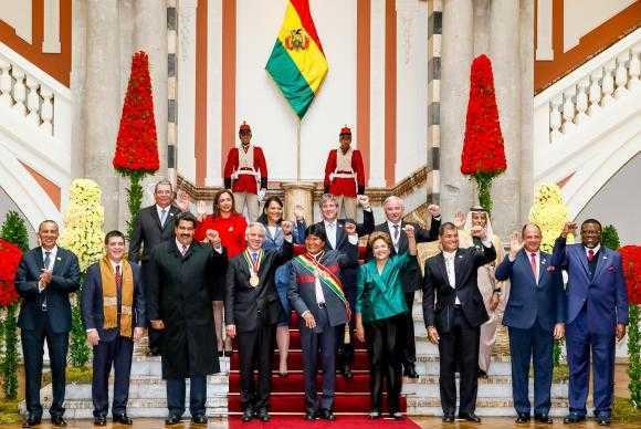 Ao  lado  da  presidenta  Dilma  Rousseff  e  de  outros  chefes  de  Estado e  de  Governo,  Morales  posa  para  foto  oficial após tomar  posse  para  o terceiro mandato presidencialRoberto Stuckert Filho/Presidência da República