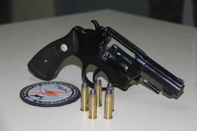 Revólver calibre 38 encontrado dentro do veículo foi apreendido.