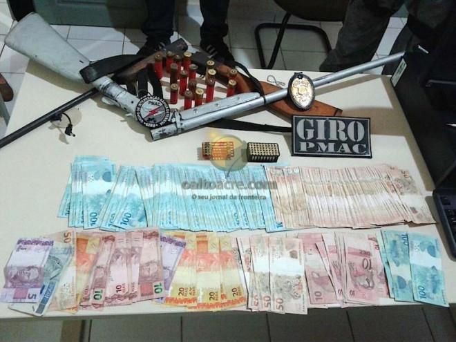 Armas, dinheiro e munição foram apreendidos, além dos suspeitos, e levados à delegacia e estão sendo investigado.