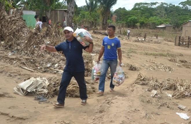 Everaldo Gomes e sua equipe fizeram entregas nos bairros 28 de Maio, Sumaúma I e Leonardo Barbosa, 610 kits de cesta básica. - Foto: Lair Sabino