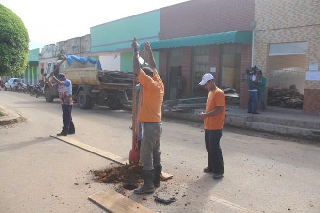 Funcionários da Secretaria de Obras do Município interditaram o trecho no período da tarde - Foto: Alexandre Lima