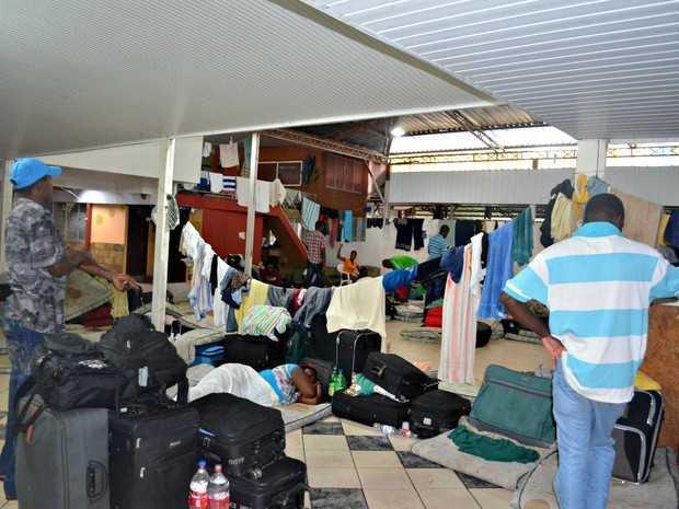 Mais de mil imigrantes estão hospedados em abrigo, que só tem capacidade para 150 pessoas. (Foto: Veriana Ribeiro/G1)