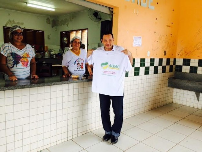 Manoel Moraes durante visita ao abrigo mantido pela Aleac