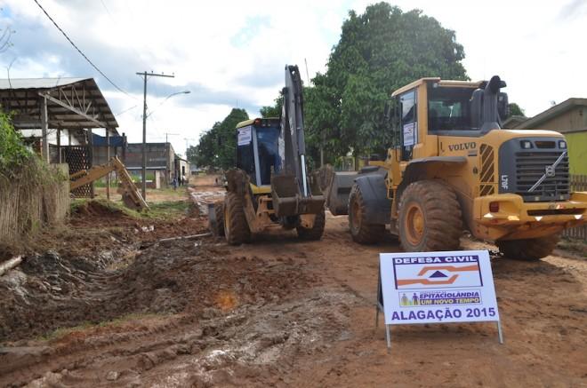 Maquinário já estão trabalhando nos bairros afetados pela alagação de Epitaciolândia - Fotos: Ana Freitas