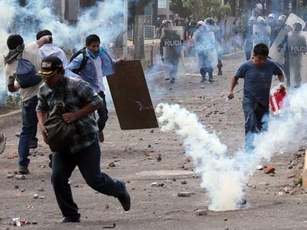 Protesto contra projeto de mineração no dia 14 de maio em Arequipa, no Peru, teve confronto entre manifestantes e a polícia (Foto: AFP)