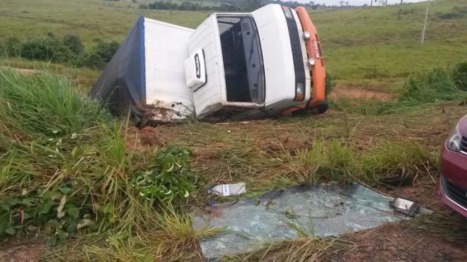 Caminhão tombou ao tentar desviar dos buracos na BR 317 - Foto: Angelita Silva