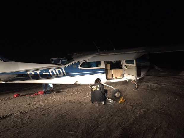 Papiloscopista da Polícia Federal participa de perícia na aeronave (Foto: PF/Divulgação)