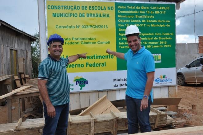 Durante visita no km 19 da BR 317, onde estão erguendo uma escola no valor de R$ 1.010 milhões de reais alocados por Gladson, enquanto deputado federal - Foto: Lair Sabino
