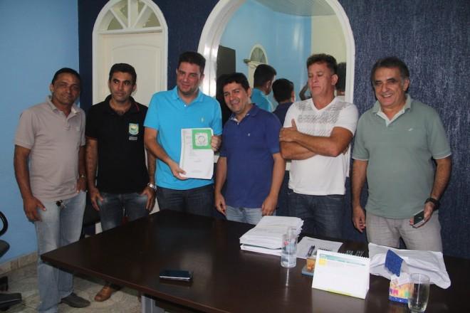 No gabinete do prefeito André Hassem, junto com vereadores, onde recebeu boas novas das emendas alocadas para o Município - Foto: Alexandre Lima