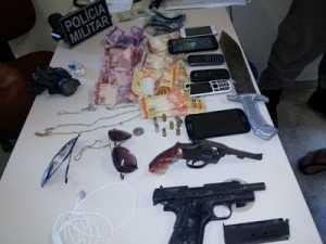 Armas apreendidas e os objetos e dinheiro recuperados.