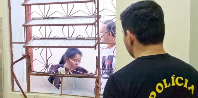 Assaltantes quebraram umas da janelas e entraram na igreja/Foto: Agência Ideia