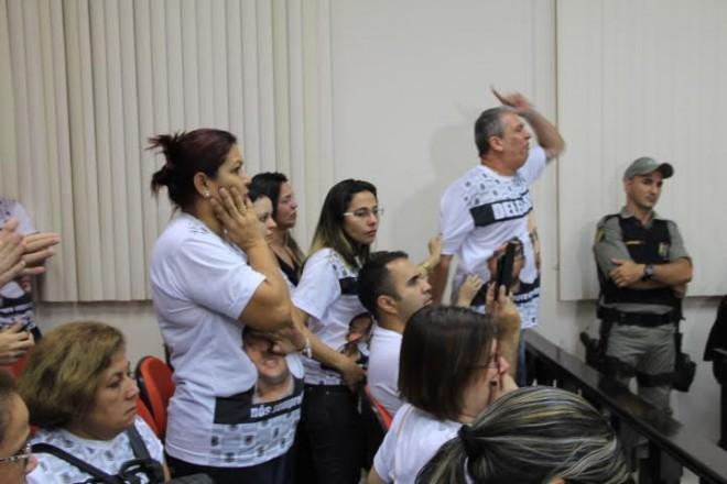 Familiares e amigos de Delegado protestam contra decisão e prometem recorrer