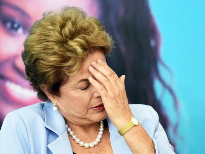 Após onda de protestos em todo o Brasil, imagem de Dilma é vinculada à corrupção e aos escândalos na Petrobras(Evaristo Sá/AFP)