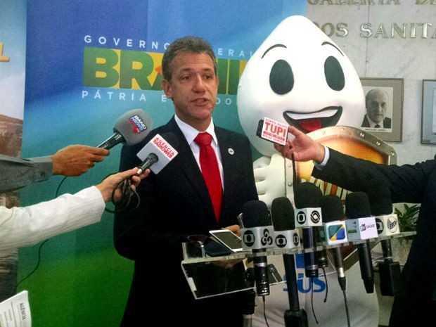 O ministro Arthur Chioro posa ao lado do personagem 'Zé Gotinha' durante lançamento da campanha de vacinação contra poliomielite (Foto: Mateus Rodrigues/G1)