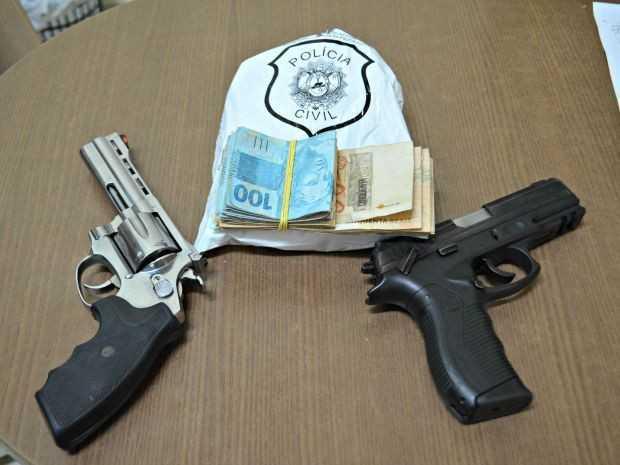 Armas, dinheiro e munições foram apreendidos no Bairro Aeroporto Velhom, em Rio Branco (Foto: Aline Nascimento/G1)